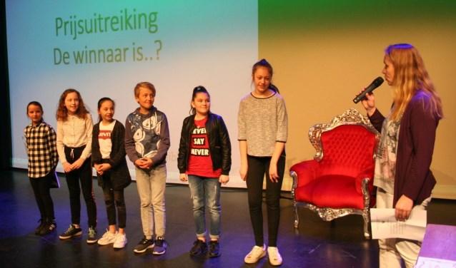 De deelnemers aan de eerste ronde in afwachting van de uitslag. Derde van links winnares Noor Jonker. Stijn Smits won de tweede ronde. (Foto: Bibliotheek Lek en IJssel)