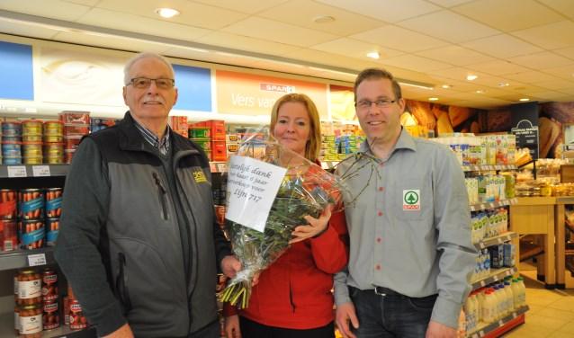 Albert Abee van de buurtbus, Linda en Remco Klootwijk van de SPAR Heerjansdam.