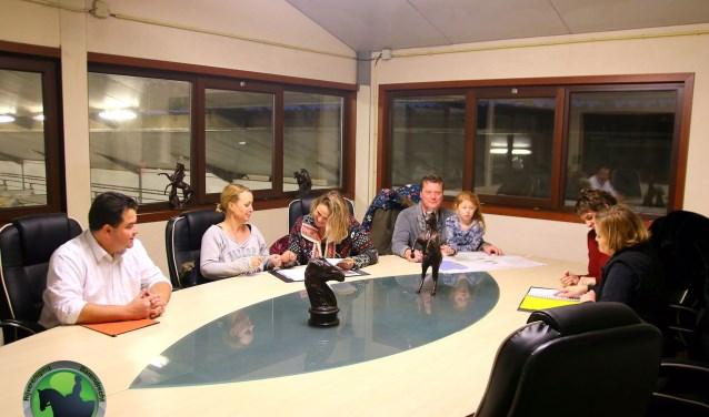 De vergadertafel en-stoelen hebben inmiddels hun plek bij Rijvereniging Barendrecht (Foto: PR)