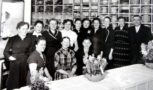 : Personeel van Oabramsdika (staand v. l. n. r. ) onder andere Jenny Dasselaar, Dina Harbers en anderen. Foto: Rijssens Museum.