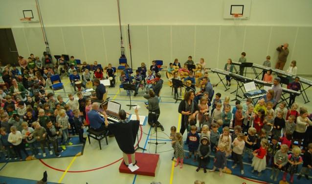 Joke Firet dirigeert het schoolorkest van basisschool De Regenboog.
