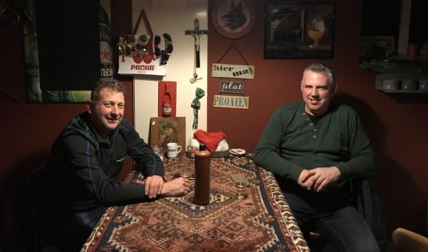 Dennis Braakman en Willie van Vemde bakken ze bruin voor goed doel, daar mag best een borreltje bij in de 'mancave'.
