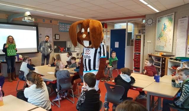 Marc-Jan Fledderus en mascotte Bultje van Heracles kwamen speciaal voor de aftrap van 'Scoor een Boek' naar Daltonschool Reggewinde, locatie Kruidenwijk.