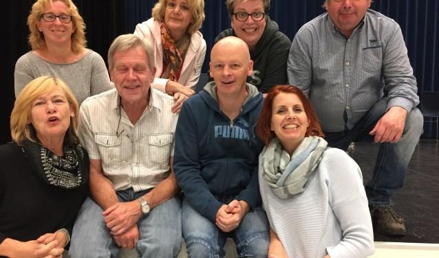 De cast van De Grenswachters. Deze speelt op zaterdag 10 en zondag 11 maart de klucht 'De stoute kneepjes van het vak'.