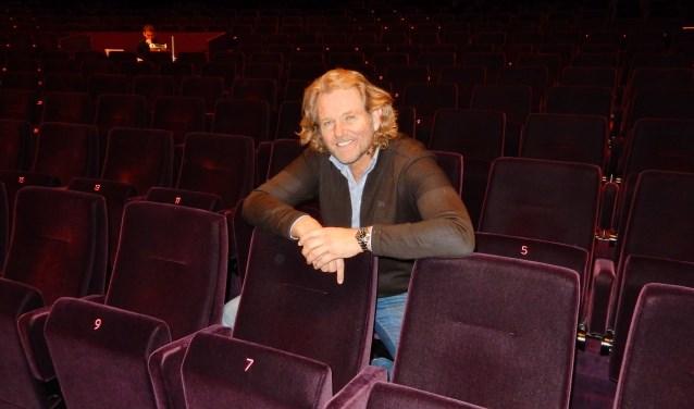 Zanger Ger Vos in een nog lege grote zaal van Theater de Stoep in Spijkenisse. De kaartverkoop is gestart en de belangstelling voor een middag vol Las Vegas entertainment is groot. Foto: Joop van der Hor
