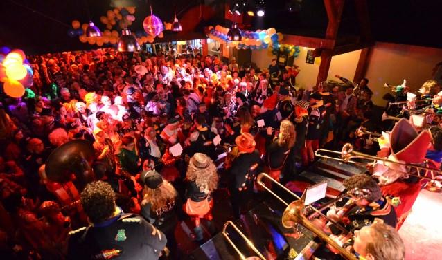 Bomvolle zalen, opzwepende vrolijke muziek en feestend publiek: Bend Bekend brengt de carnavalssfeer er al vijfentwintig jaar goed in! Foto: Jeroen van Kan