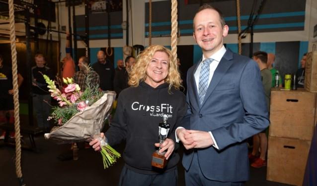 Marion Valkenburg werd zaterdagmorgen door sportwethouder Arnout Hoekstra verrast met de Flip Vethaak-trofee (Foto: Ron van Rossum).