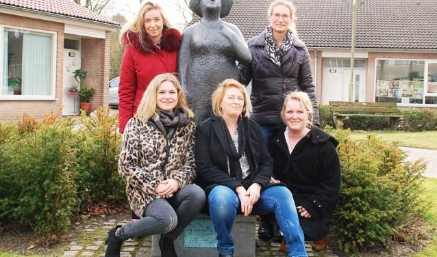 De eerste vijf vrouwen op de lijst van Dorpsvisie bij het standbeeld van dat sterke vrouwelijk voorbeeld in Oirschot: Truus Smulders- Beliën. Voor: Lauwrence van Breda, Els Claassen, Kim Martens. Achter: Manouk Verheesch en Esther Langens.