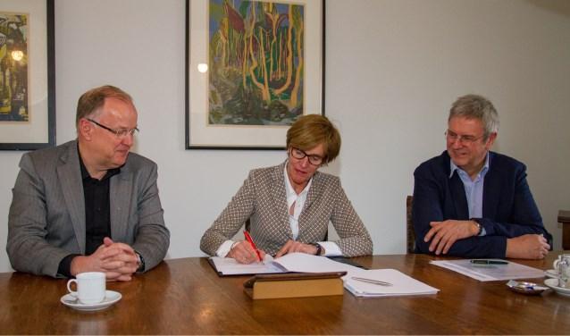 Vlnr: Hans Rouwmaat, burgemeester Bronsvoorten wethouder Vincent van Uem. Foto: Marcel Houwer