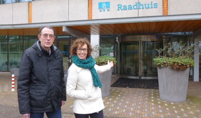 Jaap van Steenbeek en Betty van de Bunt heten bezoekers welkom voor de informatiemiddag op zaterdag 10 februari. (Foto: Julie van Rooij)