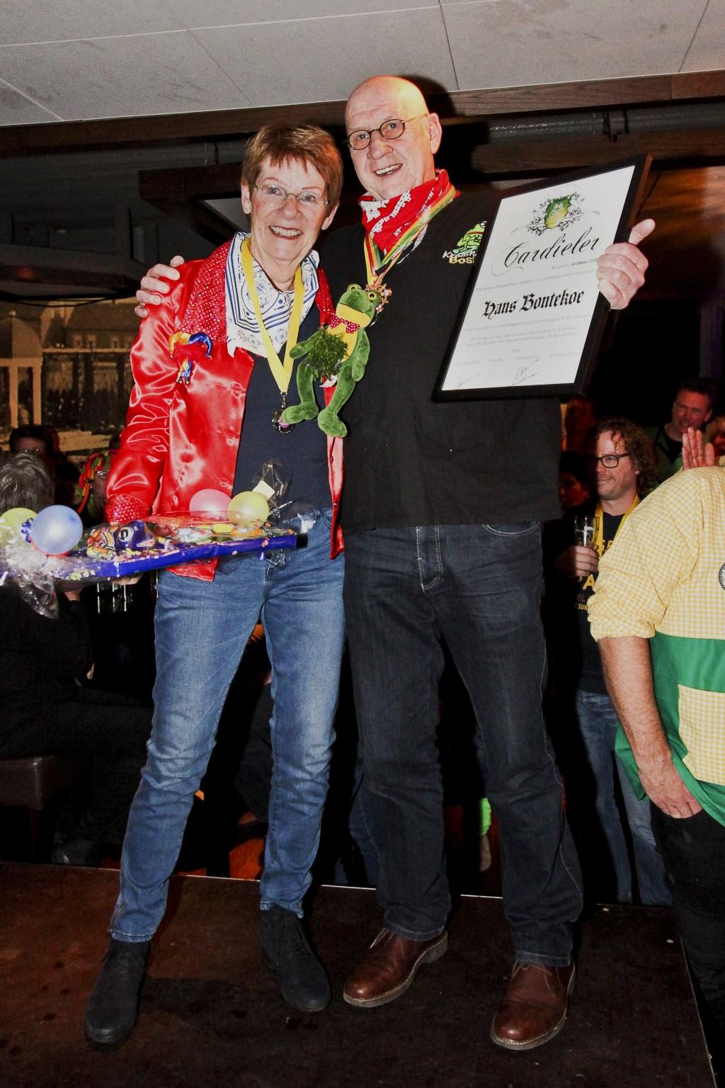 Hans Bontekoe kreeg de Cardieler uitgereekt van Carnavalsvereniging De Krooshappers.