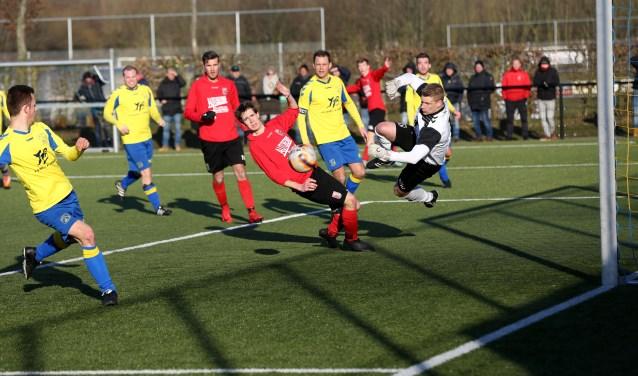 Het was even geleden, maar VV Barneveld heeft zich eindelijk weer naar drie punten geknokt. (Foto Dirk van den Bor)