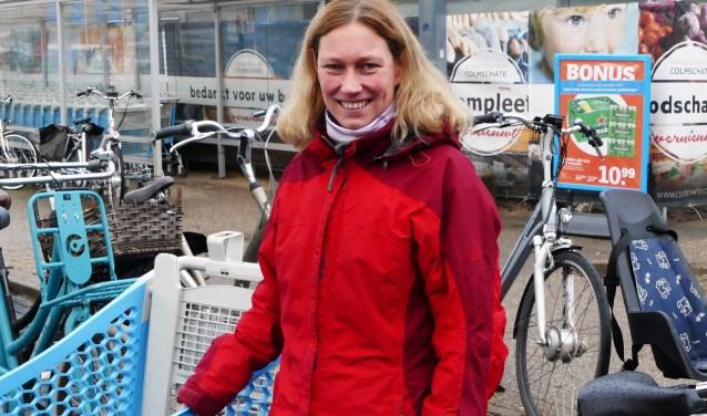 """Marja Scheuermann komt tweemaal per week op het winkelcentrum. ,,Het wordt mooi, zeker weten. Maar het is op dit moment lastig om met de fiets bij de winkels te komen."""" (foto Auke Pluim)"""
