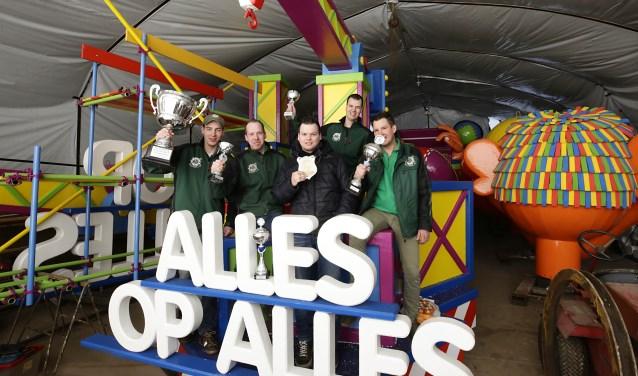 Leden van carnavalsvereniging De Lolmakers met de prijzenoogst van het afgelopen carnaval. Foto: Jurgen van Hoof