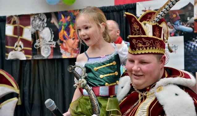Tijdens het seniorencarnaval zong Jeanne Geelkerken een liedje voor de prins. (Foto: Paul van den Dungen)