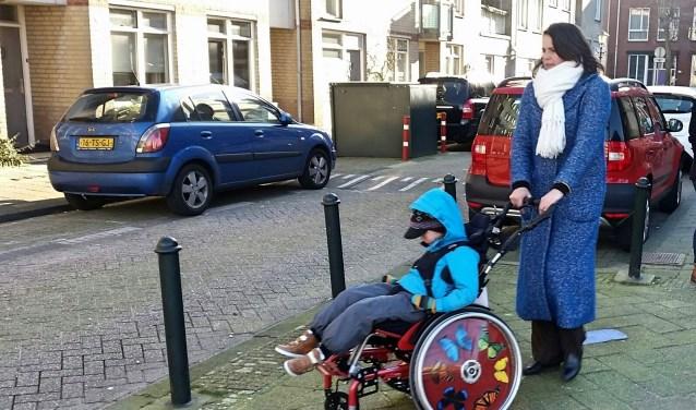 Wie in een rolstoel zit, komt heel wat obstakels tegen in het Zeeheldenkwartier, zo bleek tijdens de tour.
