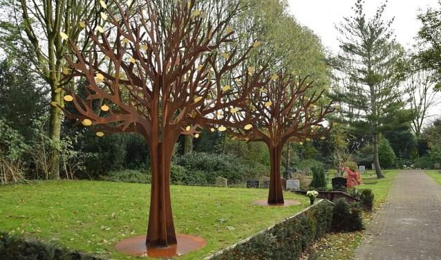 Twee stalen gedenkbomen op begraafplaats Waalhoven in Krimpen a/d IJssel. (FOTO: Hans Ipskamp)