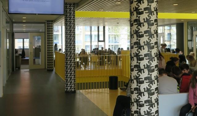 Deze tegelpilaar naar Eschers ontwerp is te vinden in het Haagse Maris College.