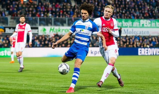 Philippe Sandler tegen zijn oude club Ajax in duel met Donny van de Beek. (foto: Henry Dijkman)