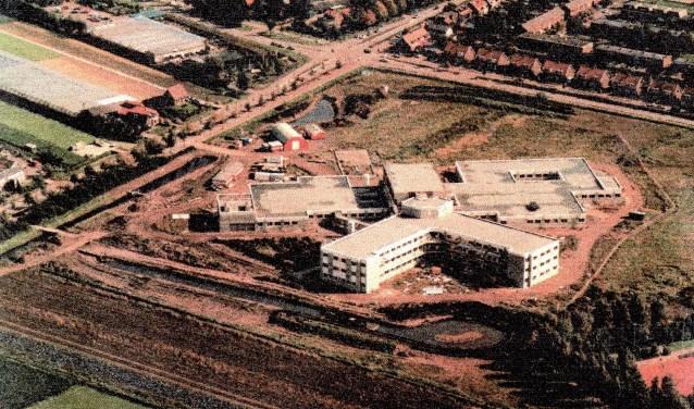 Het ziekenhuis kort voor de opening in 1989. Later is het gebouwencomplex ingrijpend uitgebreid.