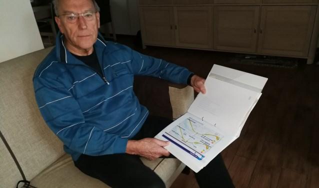 Kors Voorbach bekijkt nog eens de tekeningen van de aanleg van de Hoekse Lijn. (Foto: Peter Spek)