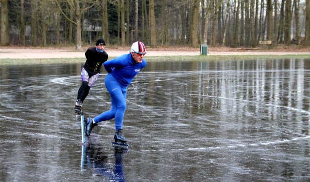 Enkele fanatieke schaatsers testen het ijs op de ijsbaan in Drunen. Foto: Martha Kivits