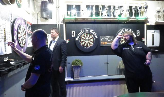 Oud-wereldkampioen darten Andy Fordham was vorige week in Bennekom waar hij onder grote belangstelling tientallen wedstrijdjes speelde tegen lokale dartliefhebbers (foto Doriet Willemen).