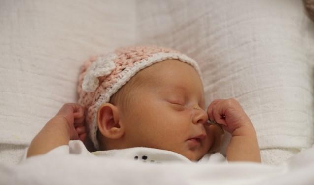 Baby Amanda poseert met haar mutsje.