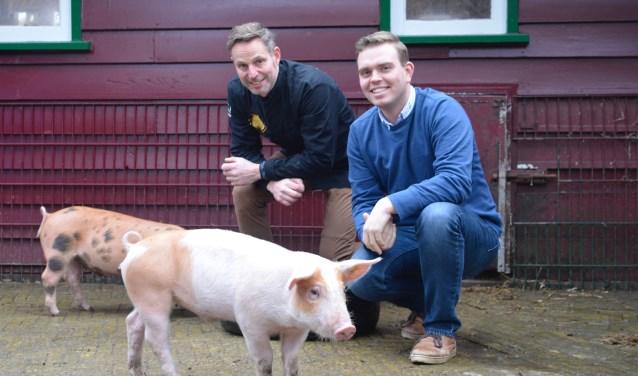 Meesterslager Arno Wapenaar (links) en voorzitter van stichting Stadsboerderij Holywood Jordi van der Poel. Sinds deze week is het vlees van Holywood-varkens verkrijgbaar bij de Culinaire Slagerij. (Foto: Britt Planken)