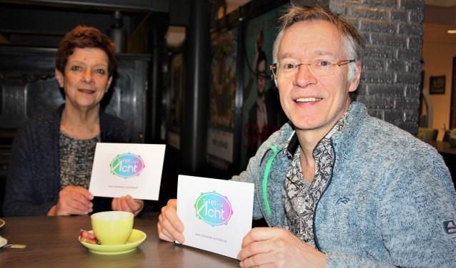 Karin Brouwers en René Albers roepen iedereen op om deel te nemen aan De Tafel van Acht. Een nieuw initiatief waarbij buren samen tafelen om zodoende elkaar (beter) te leren kennen. foto Wendy van Lijssel