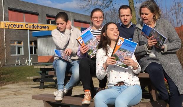 De drie VWO-leerlingen, Lynn, Judith en Manon en Attie en Niels van de VVD Gorinchem. Eigen foto
