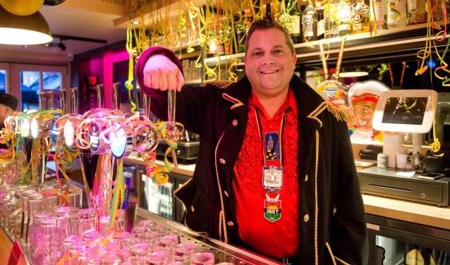 Steeds meer horecagelegenheden nemen actief deel aan carnaval in Knotsenburg en daar is Wilfred maar wat trots op. (Foto: Maaike van Helmond)