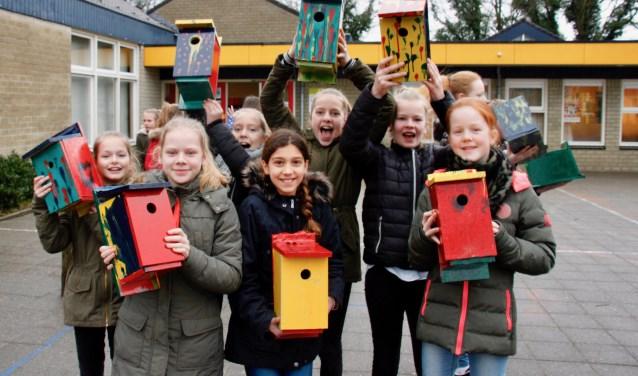 Leerlingen van groep 4, 7 en 8 hebben 25 nestkastjes gemaakt voor het (f)luisterpad om de Jozefschool.