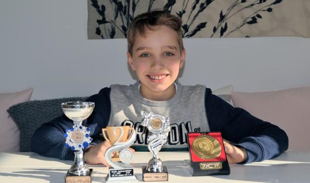De negenjarige Nout Folkersma is een talentvolle zwemmer. Tijdens de NK korte baan verbeterde hij bij vier van de zes afstanden zijn persoonlijk record, won goud, zilver en twee keer brons.