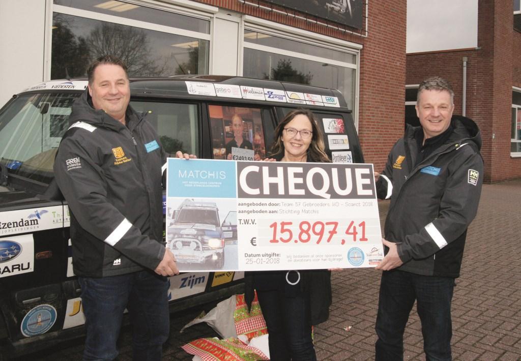 Paul Koenen (l) en zijn broer Ronald Koenen overhandigen de cheque aan Margot van den Akker van de Stichting Matchis.