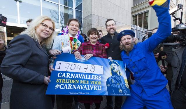 Sjefke Vaeren overhandigt handtekeningen van 170.478 carnavalliefhebbers.