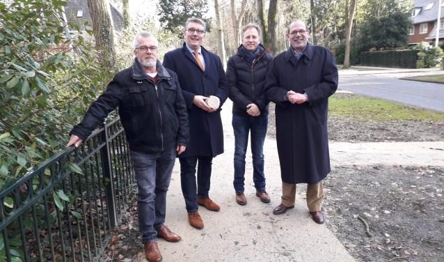 vlnr: Erik van Hal, Roy Luca (met een stuk GraviLyn in zijn handen), Erik Toering en Sjoerd Schaafsma. FOTO: Maarten Bos