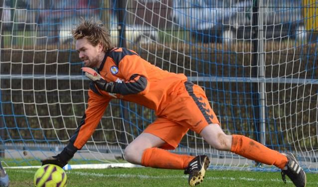 Jan de Vries switchte aan het begin van het voetbalseizoen van rechterverdediger naar keeper. Aan hem de taak om het doel van VV Kamerik te verdedigen. FOTO: Ulco Wesselink