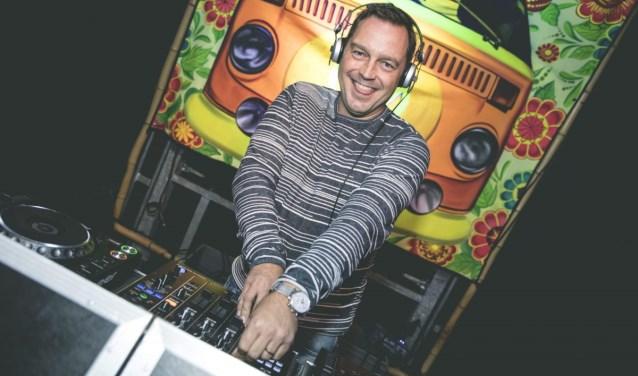 Delftenaar van de Week, DJ Ajen in zijn element achter de draaitafel (Foto: Marieke Zelisse Photography)