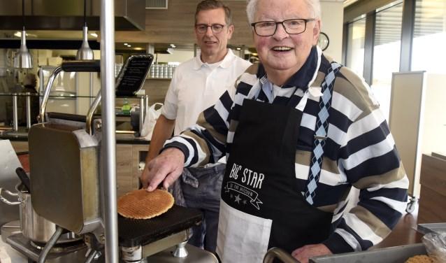 Gerrit Veld van Markus Stroopwafels hoeft geen assistentie te verlenen. Bakker Kees is nog altijd een gedreven stroopwafelbakker. Foto: Marianka Peters