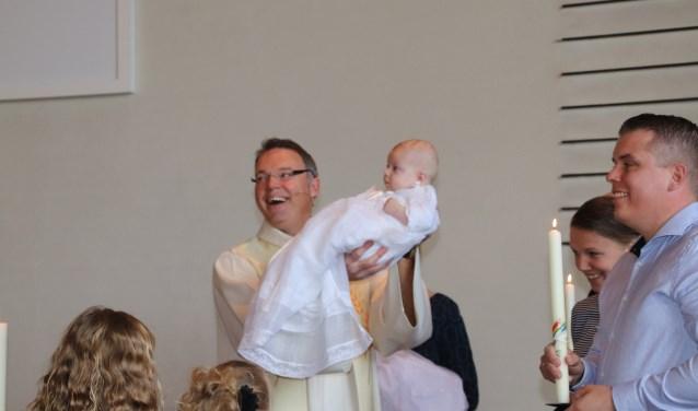 """Ds. Han Wilmink is nog maar kort dominee van de Kruiskerk, maar hij merkt al dat de gemeente een erg warme gemeente is. """"Deze foto tekent de gezellige sfeer"""", zegt hij terugkijkend op zijn eerste doopdienst."""
