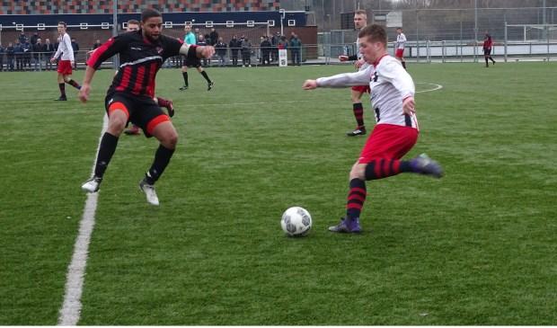 Een spelmoment uit de wedstrijd tussen Victoria'04(zat) en FC Maense die de ploeg uit de Broekpolder knap met 4-2 won. (Foto: Arie Noordhoek).