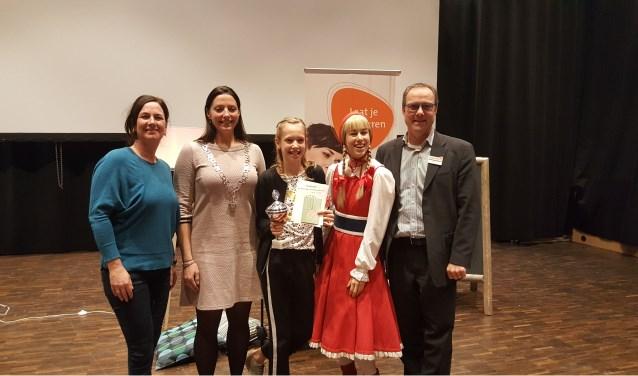 Voorleeskampioene Gitte Merkx samen met de jury van deze lokale voorleeskampioene.
