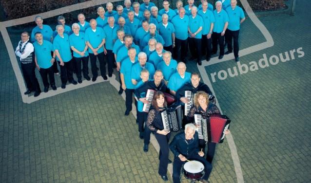 Mannenkoor de Troubadours en accordeonensmenble Op Eigen Risico. Alhoewel samen zingen de belangrijkste motivatie is, genieten de koorleden ook van optredens bij evenementen of voor ouderen in verpleeghuizen.