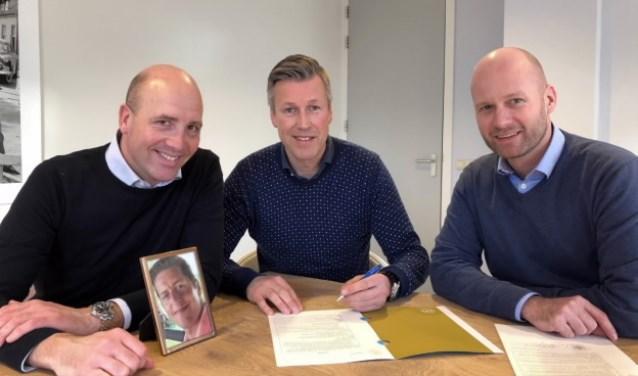 Het bestuur van de Stichting Jacco Versluis Classic v.l.n.r Gérard van Koert, Sander Kool en Robert Methorst (ontbrekend op de foto is Walter Metske) bij een foto van Jacco Versluis.