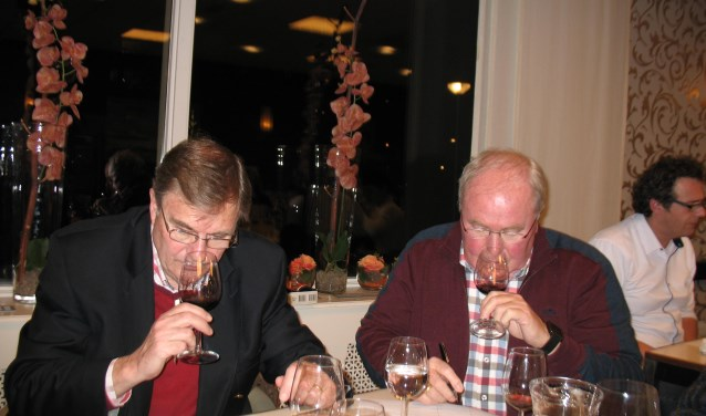Serieus ruiken, walsen en proeven tijdens de wijnwedstrijd van het Nederlands Wijngilde, afdeling Midden Holland. Foto: PR
