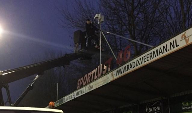 Camera's worden geplaatst bij de tribune van Sportlust '46. De voetbalclub is onderdeel van een pilot van de KNVB.