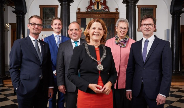 B&W van de gemeente Delft met vlnr Raimond de Prez, Stephan Ferrie Förster, Lennart Harpe, Marja van Bijsterveldt, Aletta Hekker en Stephan Brandligt.