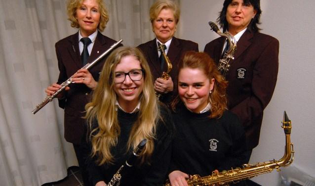 Kledingcommissie Boxmeersche Harmonie met op de voorgrond (links) Simone Barten en (rechts) Caitlin Bosman. Daarachter vlnr. Marion van Hagen, Jeanne Schoenmakers en Mardy Barten.(foto: Tom Oosthout)