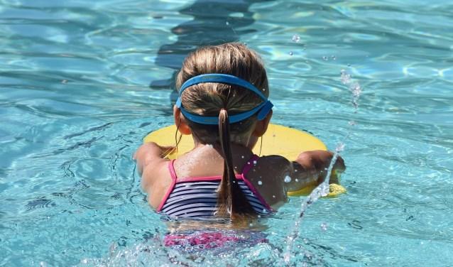 In Nederland krijgen de meeste kinderen op jonge leeftijd al zwemles, maar voor vluchtelingen is dat vaak niet het geval.